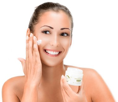 Aplicando cosmética natural en la cara