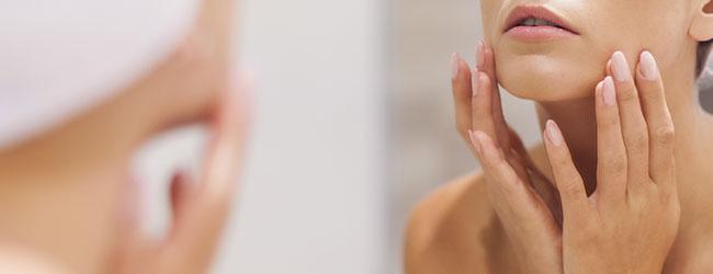 Chica limpiando rostro